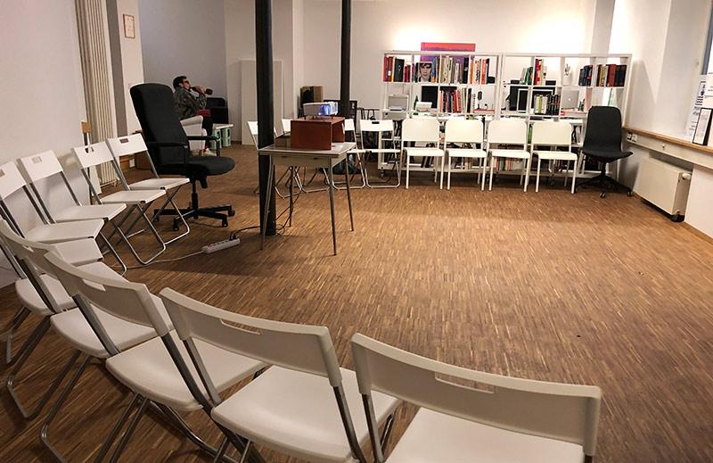 Großer Stuhlkreis in einem, noch leeren Büro